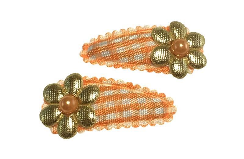Vrolijk setje van 2 oranje baby peuter haarspeldjes.  Met op elk een goud bloemetje en een oranje pareltje.