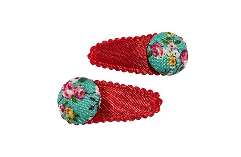 Vrolijk setje van 2 effen rode baby peuter haarspeldjes.  Met op elk een groen stofknoopje met bloemetjes dessin.
