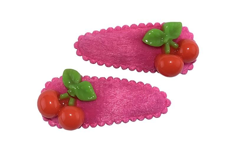 Vrolijk setje van 2 fuchsia roze peuter haarspeldjes.  Met op elk rode kersjes.
