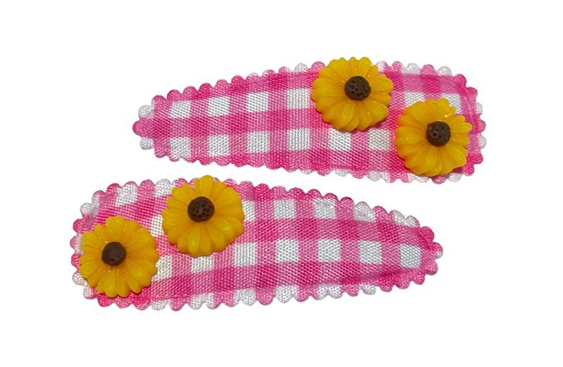 Vrolijk setje van 2 peuter kleuter haarspeldjes roze wit geruit. Met op elk 2 kleine gele bloemetjes.