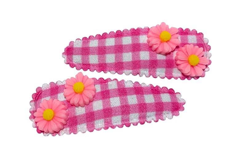 Vrolijk setje van 2 peuter kleuter haarspeldjes roze wit geruit.  Met op elk 2 kleine roze met gele bloemetjes.