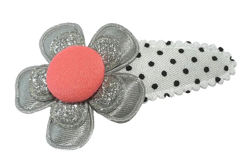 Vrolijk wit met zwart gestippeld peuter kleuter haarspeldje.  Met een grojs bloemetje, een zilver glitter bloemetje en een  koraalroze stofknoopje.