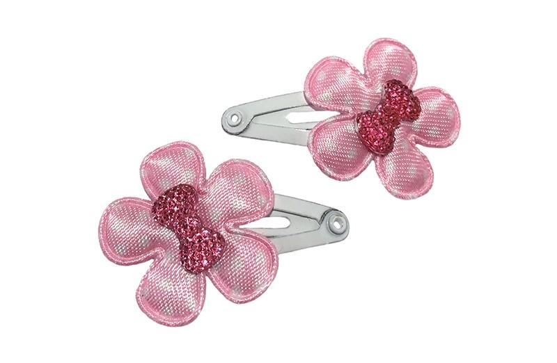 Schattig setje van 2 witte baby haarspeldjes.  Met op elk een lichtroze bloemetje en een klein roze glinsterstrikje.