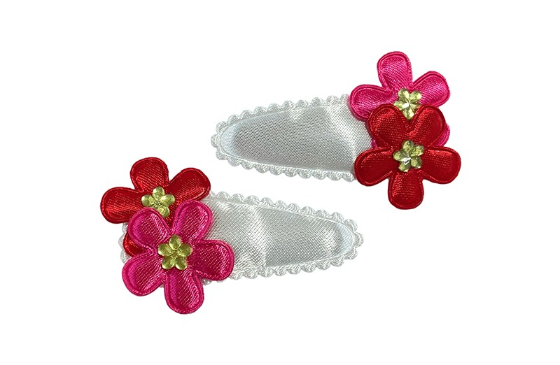 Vrolijk setje van 2 effen witte peuter haarspeldjes.  Met op elk een rood en roze bloemetje afgewerkt met een klein glinster bloemetje.