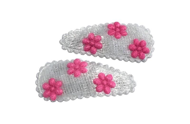 Schattig setje van 2 witte baby leuter haarspeldjes.  Met op elk 3 fuchsia roze mini bloemetjes.