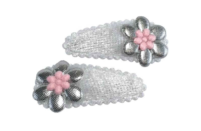 Schattig setje van 2 witte baby peuter haarspeldjes.  Met op elk en een zilver bloemetje en een licht roze mini bloemetje.