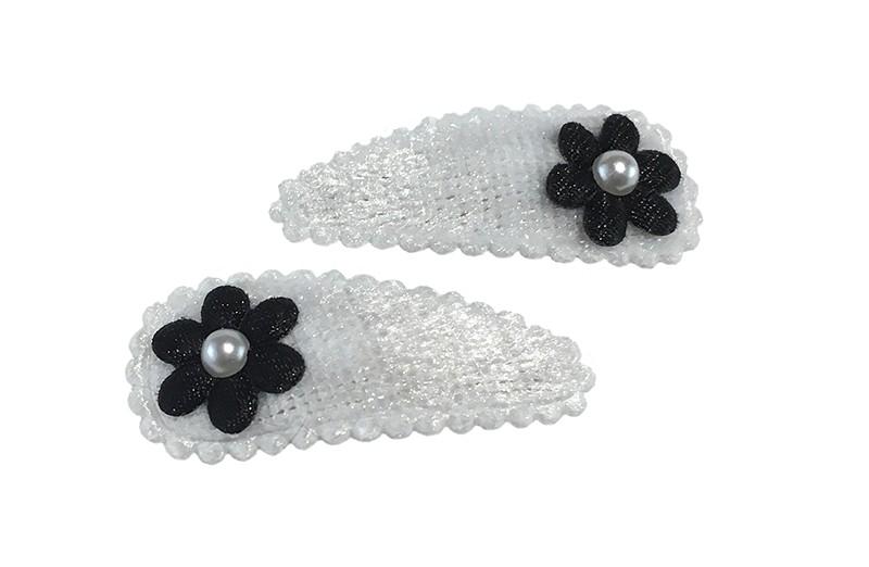 Schattig setje van 2 zachte witte baby peuter haarspeldjes met op elk een klein zwart bloemetje en afgewerkt met een klein wit pareltje.