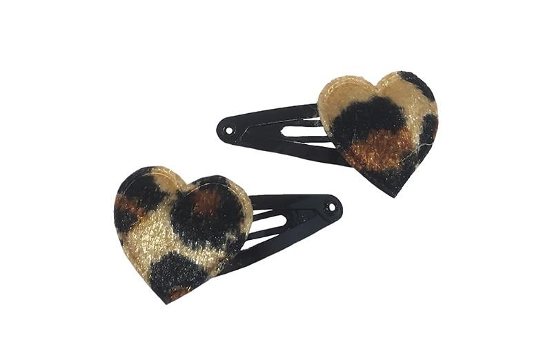 Leuk setje van 2 zwarte baby peuter haarspeldjes.  Met op elk een bruin fluffie hartje met luipaardprint.