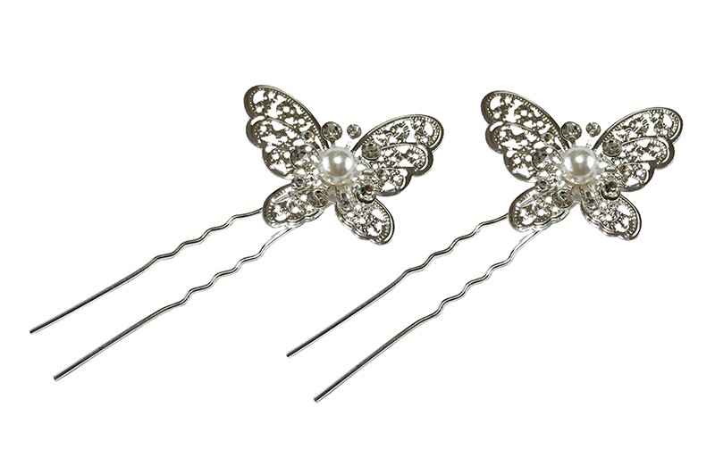 Mooie zilverkleurige haarstrekers met een vlindertje en kleine pareltjes. Setje van 2 stuks.  Op een plat haarstekertje van 4.5 centimeter.  Het vlindertje is 4 centimeter breed