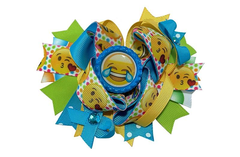 Vrolijke, feestelijke haarknip.  Van groen, geel en blauwe verschillende linten. En een vrolijke dubbele strik van blauw en geel lint en een lint met smiley's.  Afgewerkt met een grote button met smiley, strikjes en twee pareltjes.  Op een plat haarknipje van 4 centimeter. Half bekleed met geel lint.