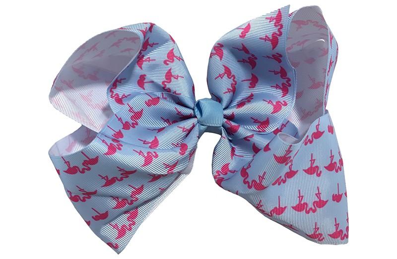 Vrolijke extra, extra grote haarstrik van blauw lint met leuk roze flamingo printje.  Op een handige alligatorknip van 8 centimeter.  Extra groot model. Leuk voor bijvoorbeeld een themafeestje.