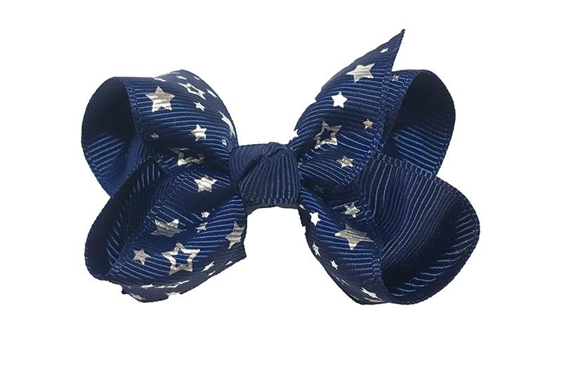 Vrolijke donkerblauwe peuter kleuter meisjes haarstrik van lint. Met zilveren sterretjes.  Het haarstrikje is dubbel gestrikt.  Vastgemaakt op een handige alligatorknip met tandjes, het knipje is 4 centimeter.  Makkelijk in de haartjes te zetten.