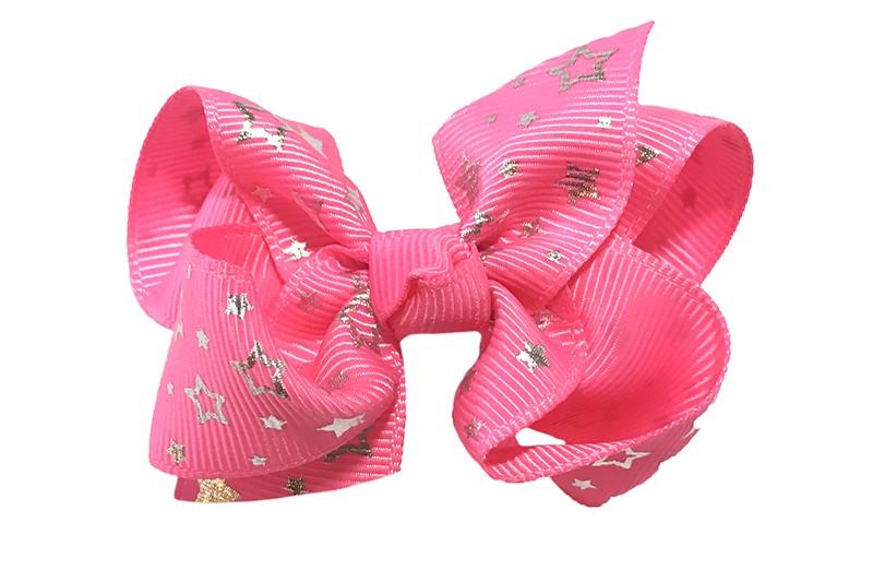 Vrolijke (fel) roze peuter kleuter meisjes haarstrik van lint. Met zilveren sterretjes.  Het haarstrikje is dubbel gestrikt.  Vastgemaakt op een handige alligatorknip met tandjes, het knipje is 4 centimeter.  Makkelijk in de haartjes te zetten.