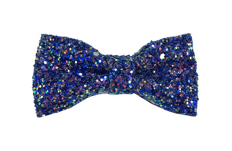 Vrolijke (kobalt) blauwe peuter, kleuter, meiden haarstrik vol met glittertjes.  De glittertjes in groot en klein geven deze strik een extra glanzende look.  Vastgemaakt op een handig haarknipje met kleine tandjes van 4 centimeter.