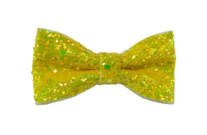 Vrolijke gele peuter, kleuter, meiden haarstrik vol met glittertjes.  De glittertjes in groot en klein geven deze strik een extra glanzende look.  Vastgemaakt op een handig haarknipje met kleine tandjes van 4 centimeter.