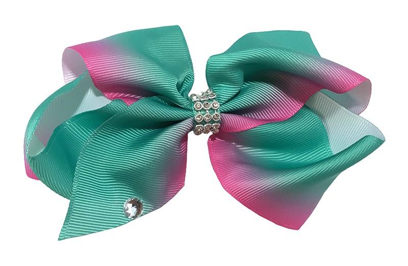 Vrolijke grote haarstrik van groen naar roze gekleurd lint.  Met een paretje op het lint en in het midden een pareltjes bandje.  De strik is vast gemaakt op een handige haarknip met kleine tandjes van 7.5 centimeter.
