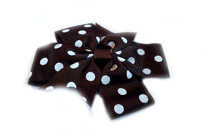 Mooi! Grote (donker)chocolade bruine haarstrik met witte stippen op een alligator knipje, makkelijk in het haar te zetten. Ziet er heel vrolijk uit in de peuter en kleuter haartjes.