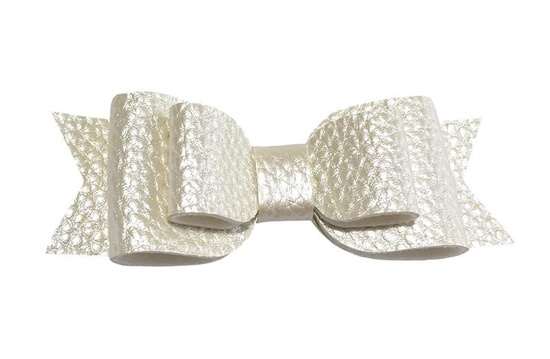 Mooi glanzend gebroken wit leren haarstrikje.  In een mooie 3 laags look.  Op een alligatorknipje van 4.5 centimeter bekleed met wit lint.