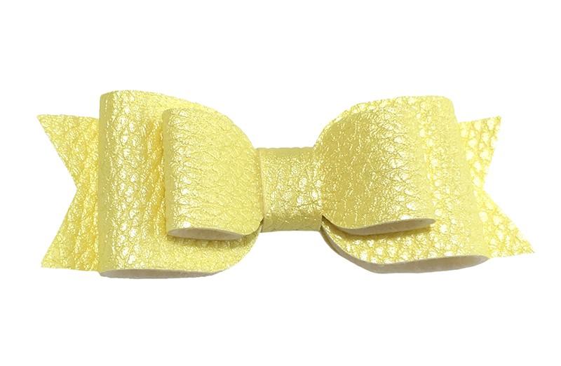 Mooi geel leren haarstrikje.  In een mooie 3 laags look.  Op een alligatorknipje van 4.5 centimeter bekleed met licht geel lint.