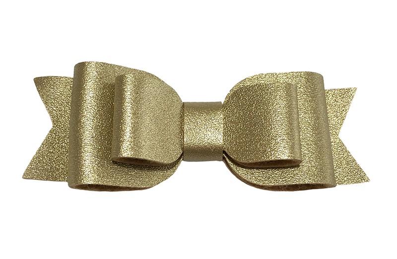 Mooi goud leren haarstrikje.  In een mooie 3 laags look.  Op een alligatorknipje van 4.5 centimeter bekleed met zwart lint.