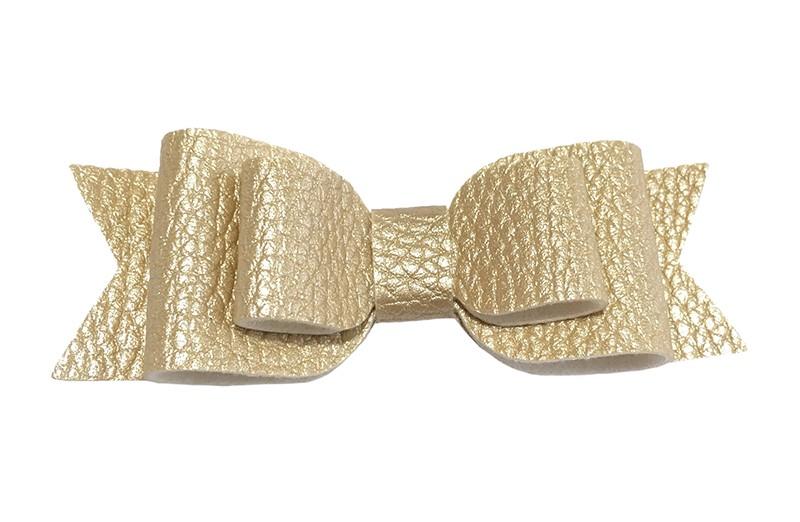 Mooi glanzend goud leren haarstrikje.  In een mooie 3 laags look.  Op een alligatorknipje van 4.5 centimeter bekleed met zandkleurig lint.