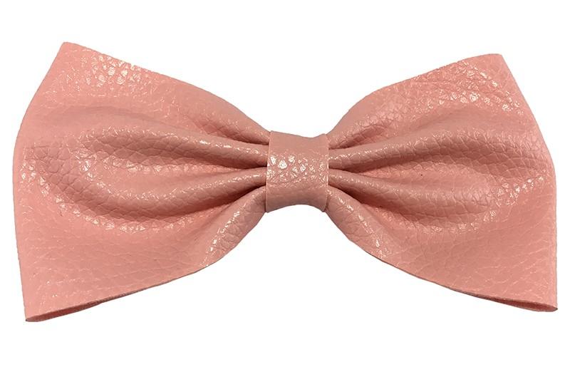 Leuke licht roze leren haarstrik. In extra groot model. Op een handige haarknip met tandjes van 5.5