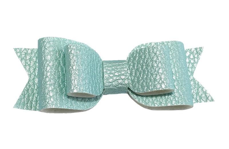 Mooi mintgroen leren haarstrikje.  In een mooie 3 laags look.  Op een alligatorknipje van 4.5 centimeter bekleed met lint.