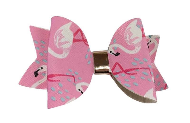 Vrolijke licht roze leren haarstrik met flamingo printje. In een mooie dubbellaagse look. Afgewerkt met een glanzend leerbandje.  Op een platte haarknip bekleed met wit lint van 4.5 centimeter.