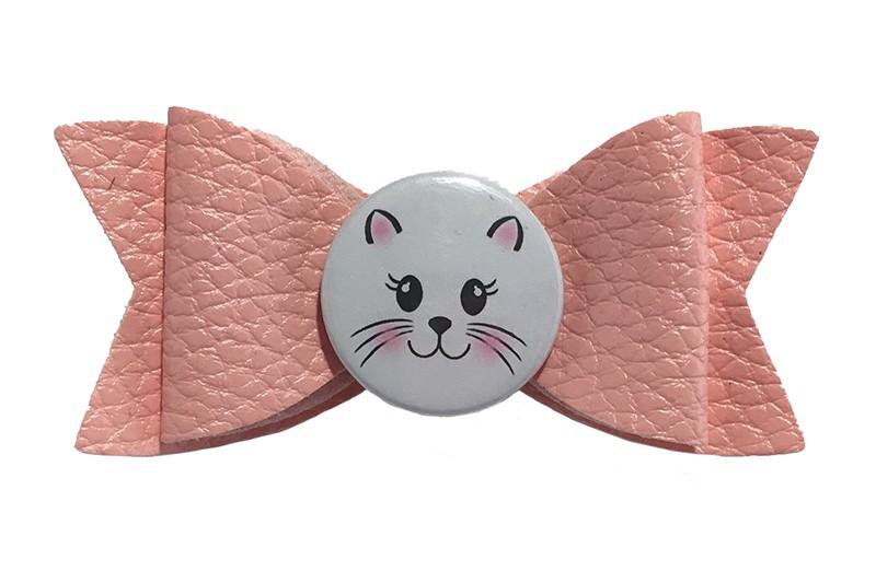 Vrolijke roze leren haarstrik met daarop een hippe witte button met vrolijk poezenkopje.