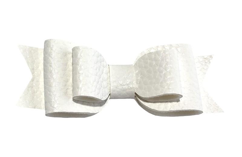 Mooi wit leren haarstrikje.  In een mooie 3 laags look.  Op een alligatorknipje van 4.5 centimeter bekleed met wit lint.