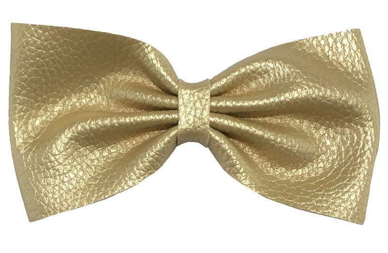 Leuke goud leren haarstrik. In extra groot model.  Op een handige haarknip met tandjes van 5.5 centimeter.