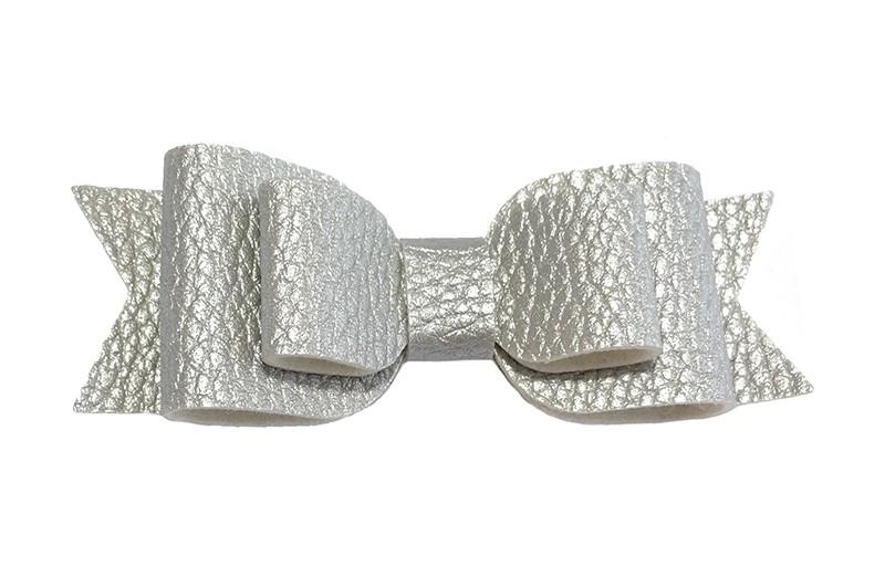 Mooi zilver kleurig leren haarstrikje.  In een mooie 3 laags look.  Op een alligatorknipje van 4.5 centimeter bekleed met licht grijs lint.