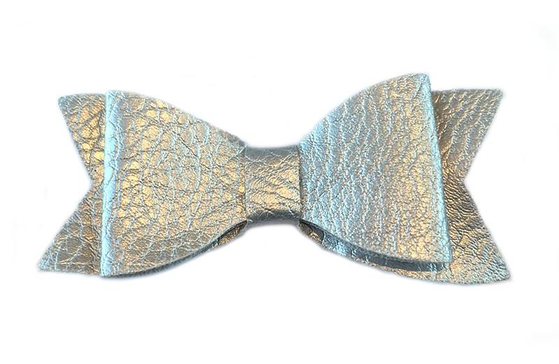 Leuk zilver meisjes haarstrikje leer met patroon. Op alligatorknipje bekleed met rood lint van 4 centimeter.