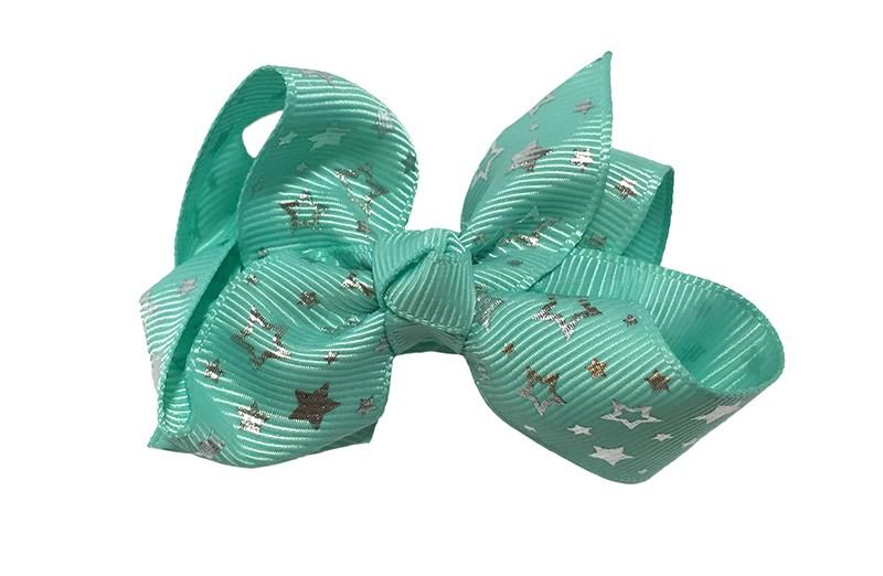 Vrolijke (mint) groene peuter kleuter meisjes haarstrik van lint. Met zilveren sterretjes.  Het haarstrikje is dubbel gestrikt.  Vastgemaakt op een handige alligatorknip met tandjes, het knipje is 4 centimeter.  Makkelijk in de haartjes te zetten.