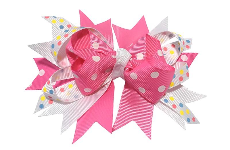 Vrolijke grote haarstrik gestrikt met verschillende roze en witte linten met gekleurde stippeltjes. Op een platte haarknip van ongeveer 4.5 centimeter.