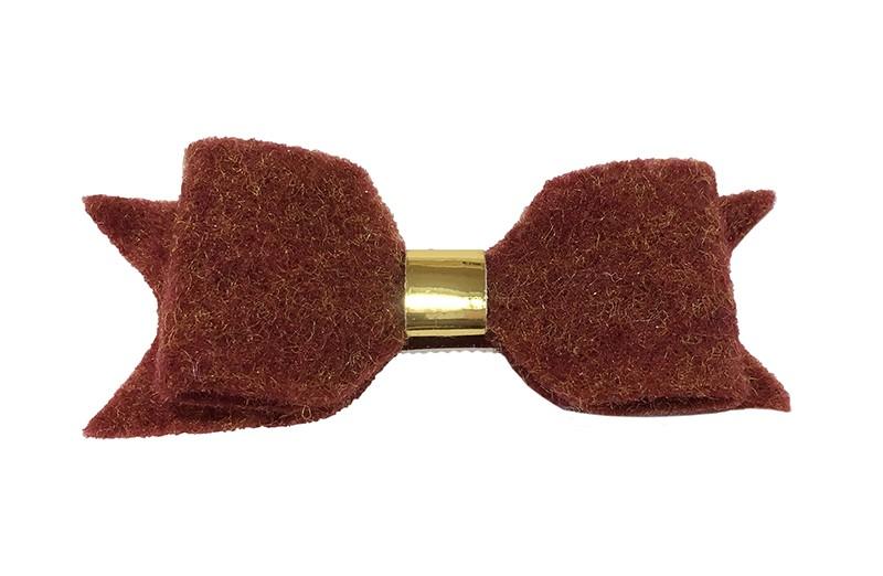 Leuke bordeaux rode vilten haarstrik.  Met een glanzend goud leerbandje.  Op een handige haarknip met kleine tandjes. Het knipje is voor de helft bekleed met bordeaux rood lint.
