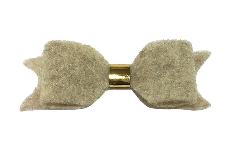 Leuke creme,wit vilten haarstrik.  Met een glanzend goud leerbandje.  Op een handige haarknip met kleine tandjes. Het knipje is voor de helft bekleed met creme lint.