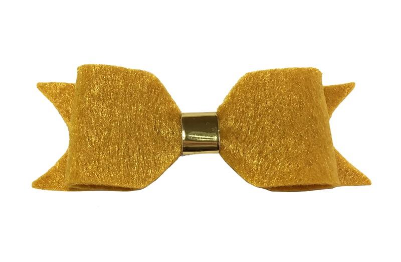 Leuke okergele vilten haarstrik.  Met een glanzend goud leerbandje.  Op een handige haarknip met kleine tandjes. Het knipje is voor de helft bekleed met geel lint.