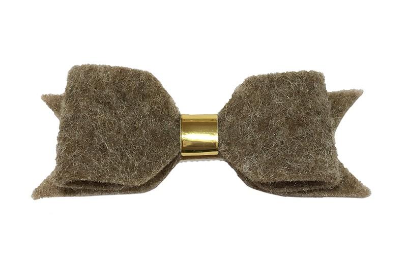 Leuke taupe vilten haarstrik.  Met een glanzend goud leerbandje. Op een handige haarknip met kleine tandjes. Half bekleed met zandkleurig lint.