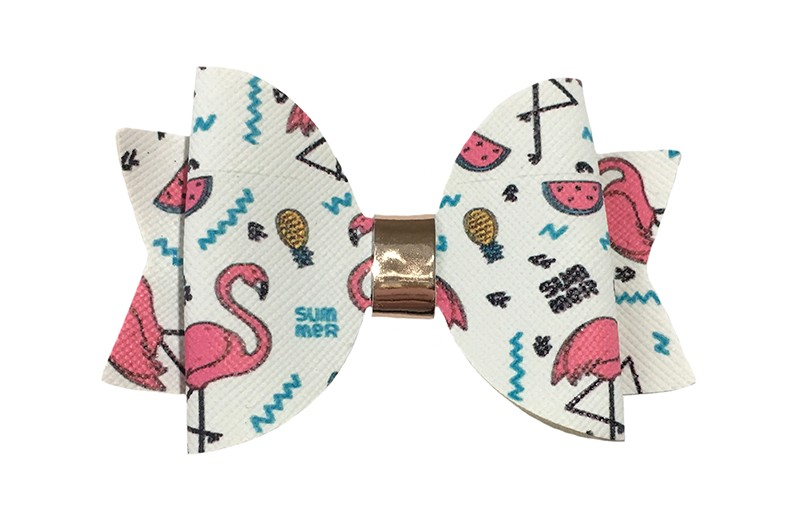 Vrolijke wit leren haarstrik. Met een flamingo, watermeloen, ananas printje. In een mooie dubbellaagse look. Afgewerkt met een glanzend leerbandje.  Op een platte haarknip bekleed met wit lint van 4.5 centimeter.