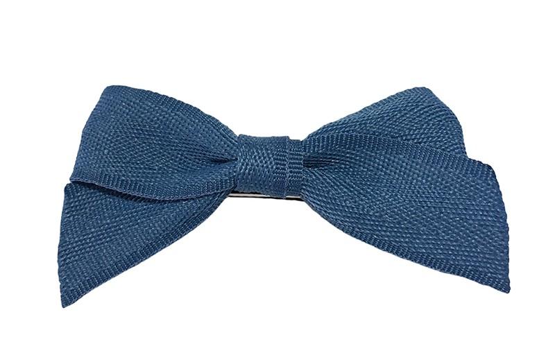 Leuk haarstrikje van blauw lint. Op een handige alligator knip bekleed met donkerblauw lint.  Het knipje is ongeveer 4.5 centimeter.