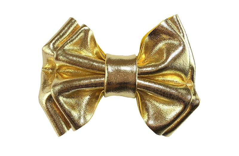 Glanzende goud leren haarstrikje. In een mooie dubbel gestrikte look.  Op een handig haarknipje van 4 centimeter, met tandjes.  Ook leuk per 2 in de haartjes, bij 2 vrolijke knotjes bijvoorbeeld.