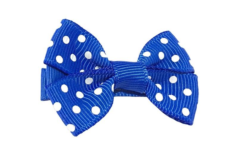 Leuk kobalt blauw haarstrikje met witte stippeltjes. Van geribbeld lint.  Op een platte haarknip van ongeveer 4.5 centimeter bekleed met kobalt blauw lint.