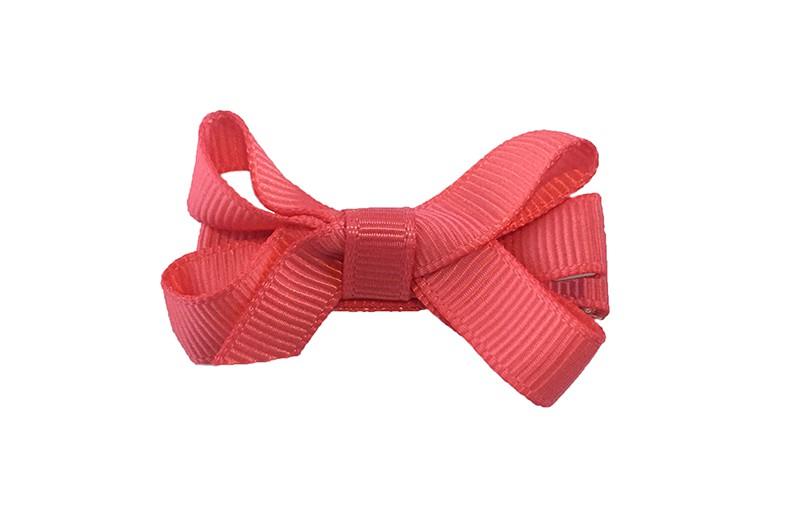 Lief klein haarknipje met een mooi strikje van koraal roze geribbeld lint. Op een alligatorknipje bekleed met koraal roze lint.