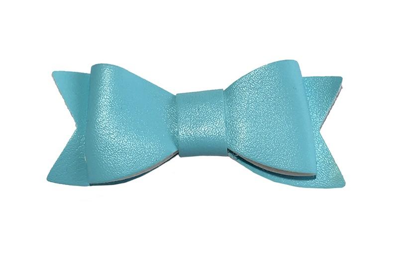 Leuk licht blauw haarstrikje van leer (klein). Leuk voor peuter meisjes en grotere meisjes.  Het strikje is vastgemaakt op een handig alligator knipje van 4.5 centimeter. Bekleed met licht blauw lint, handig in de haartjes te zetten.