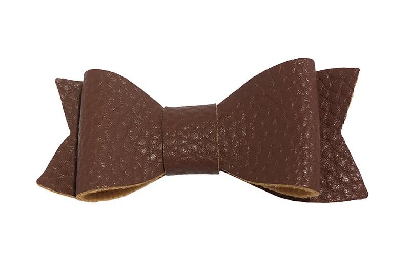 Leuk chocolade bruin haarstrikje van leer (klein). Leuk voor peuter meisjes en grotere meisjes.  Het strikje is vastgemaakt op een handig alligator knipje van 4.5 centimeter en daardoor handig in de haartjes te zetten