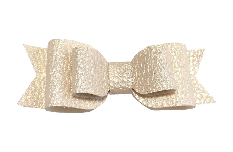 Mooi ivoor leren haarstrikje.  In een mooie 3 laags look.  Op een alligatorknipje van 4.5 centimeter bekleed met licht roze lint.