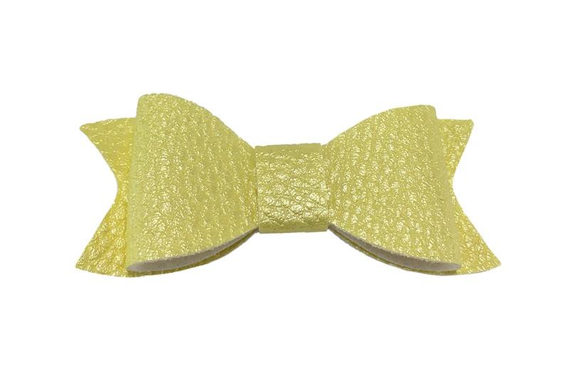 Leuk licht geel haarstrikje van leer (klein). Leuk voor peuter meisjes en grotere meisjes.  Het strikje is vastgemaakt op een handig haarknipje met kleine tandjes van 4.5 centimeter bekleed met licht geel lint.