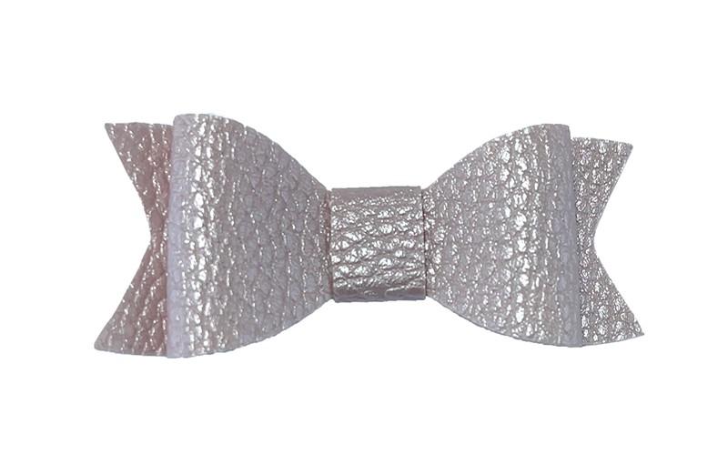 Leuk licht lila haarstrikje van leer (klein).  Leuk voor peuter meisjes en grotere meisjes.  Het strikje is vastgemaakt op een handig haarknipje met kleine tandjes van 4.5 centimeter. Bekleed met wit lint.