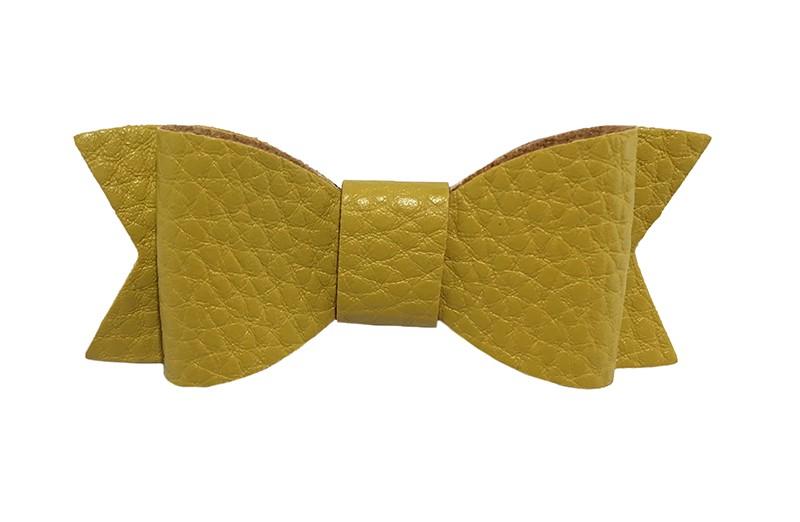 Leuk mosterd geel haarstrikje van leer (klein). Leuk voor peuter meisjes en grotere meisjes. rnHet strikje is vastgemaakt op een handig alligator knipje van 4.5 centimeter bekleed met lint